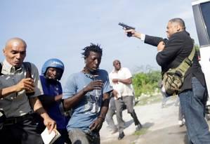 Pessoas correm enquanto senador do Haiti Jean Marie Ralph Fethiere atira Foto: ANDRES MARTINEZ CASARES / REUTERS