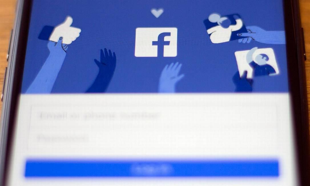 O Facebook é a plataforma mais usada para espalhar desinformação política, diz estudo da Universidade de Oxford Foto: ALASTAIR PIKE / AFP 19-9-19