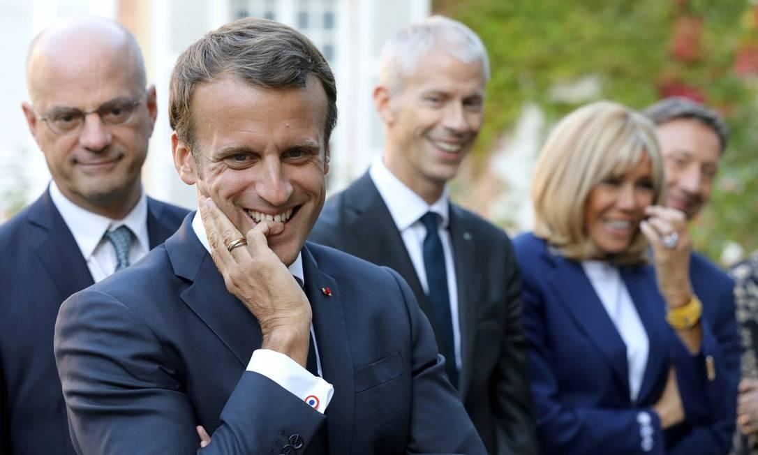 Com a mulher Brigitte e ministros, Macron visita escola no interior da França; francês quer afastar a impressão de que governa longe do povo Foto: Lurovic Marin / REUTERS/20-9-2019