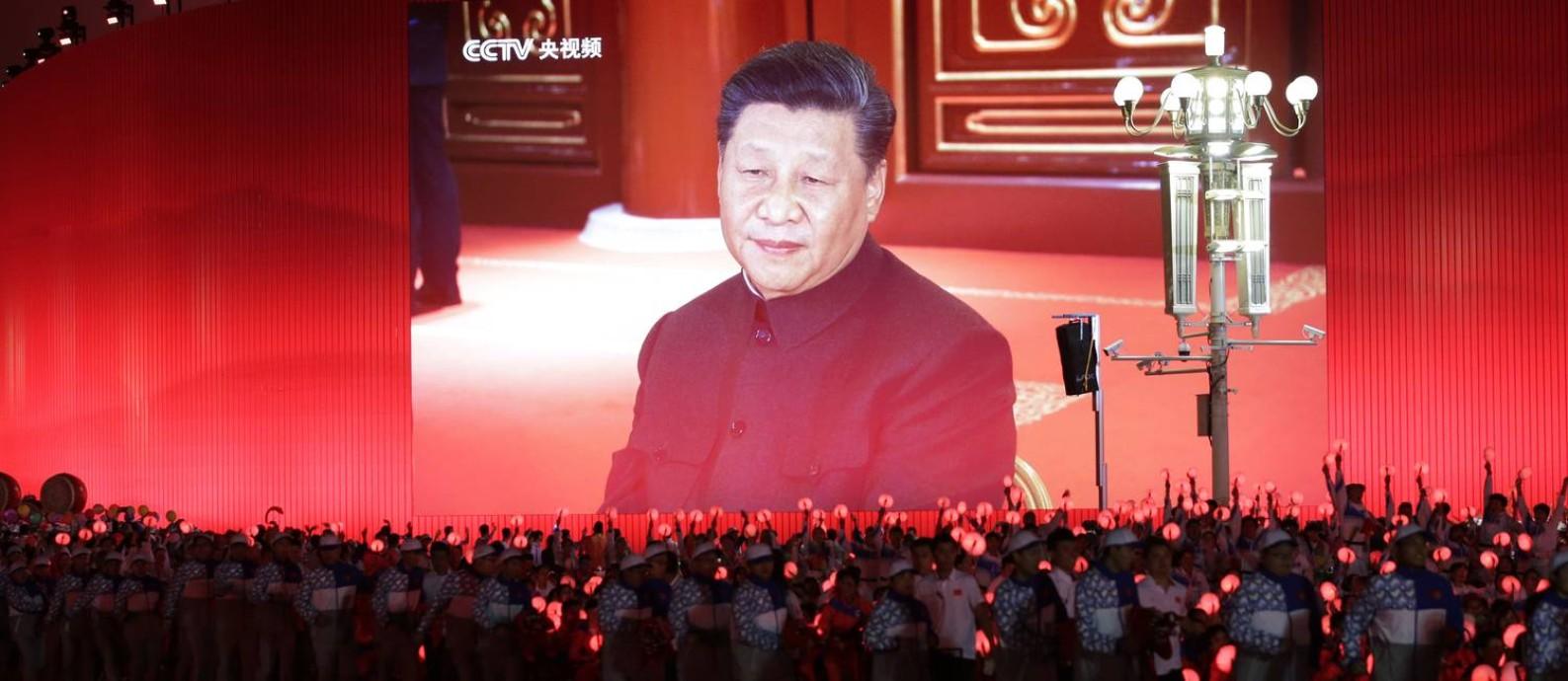 O presidente chinês, Xi Jinping, aparece em um telão durante a parada civil que se seguiu ao desfile militar em Pequim Foto: JASON LEE / REUTERS