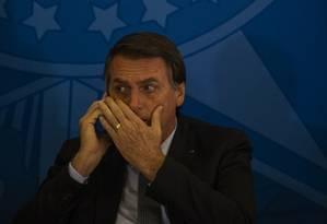 O presidente Jair Bolsonaro fala ao telefone no Palácio do Planalto, em Brasília Foto: Daniel Marenco / Agência O Globo 23-7-19