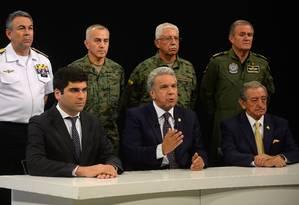 Ladeado pelo alto comando militar, o presidente do Equador, Lenín Moreno, anunciou mudança da sede do governo para Guayaquil Foto: HO / AFP