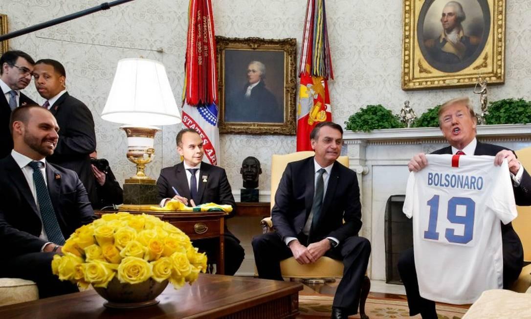 O presidente dos Estados Unidos da América, Donald Trump, entrega uma camisa ao presidente Jair Bolsonaro em visita oficial em março Foto: Isac Nóbrega / Agência O Globo 19/3/19