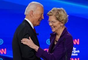Os candidatos democratas Joe Biden Biden e Elizabeth Warren se cumprimentam durante o quarto debate das primárias do Partido Democrata Foto: SHANNON STAPLETON / REUTERS