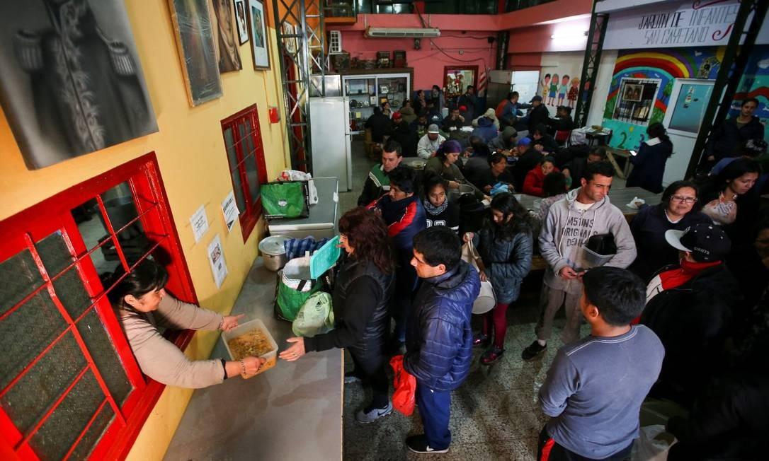 Pessoas fazem fila para receber sopa em um distrito pobre de Buenos Aires Foto: AGUSTIN MARCARIAN / REUTERS