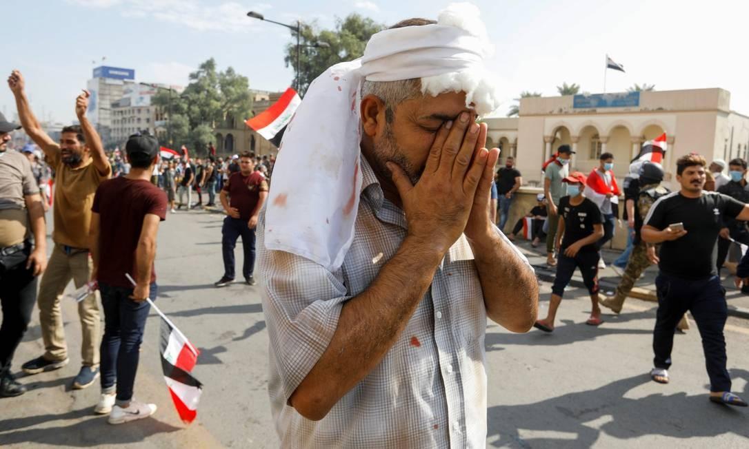 Um manifestante ferido é visto durante protesto no centro de Bagdá Foto: KHALID AL-MOUSILY / REUTERS 25-10-19