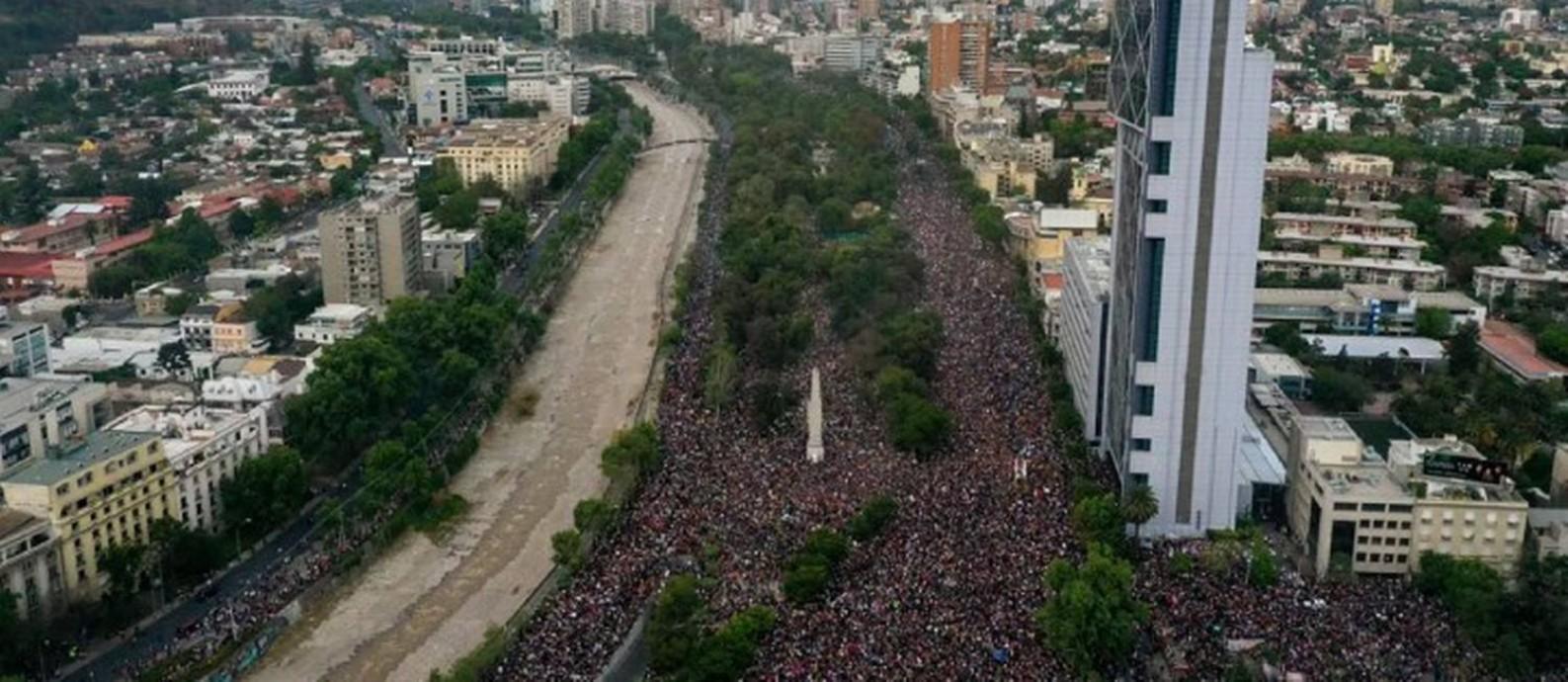 Vista aérea mostra centenas de milhares de pessoas reunidas em Santiago nesta sexta-feira Foto: MARTIN BERNETTI / AFP