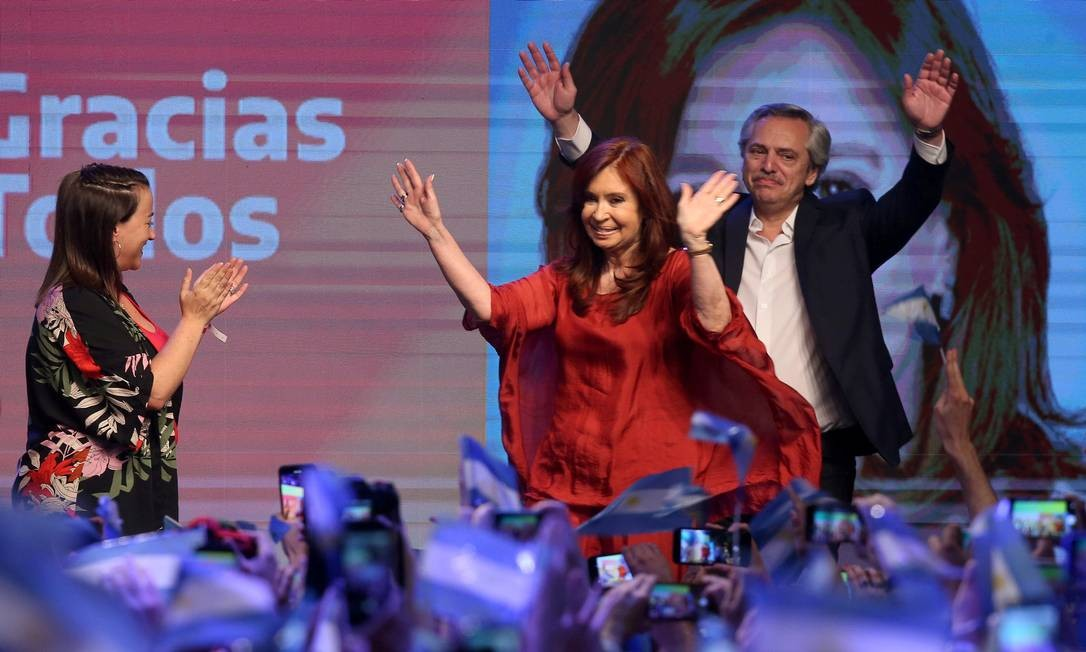 Fernández comemora a vitória com sua companheira de chapa, a ex-presidente Cristina Kirchner Foto: AGUSTIN MARCARIAN / REUTERS