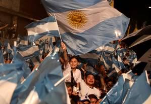 Eleitores de Fernández comemoram a vitória em Buenos Aires Foto: RICARDO MORAES / REUTERS