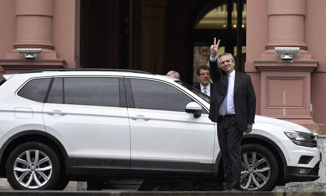 Fernández acena ao deixar a Casa Rosada, depois de reunião com Macri nesta segunda Foto: JUAN MABROMATA / AFP