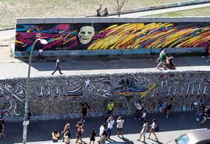 A East Side Gallery, galeria a céu aberto em Berlim em que parte do muro foi preservado Foto: FABRIZIO BENSCH / REUTERS