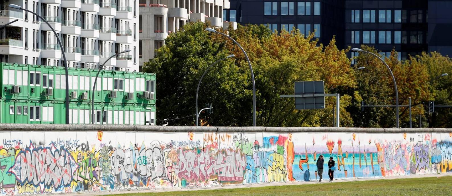 """Novos edifícios foram construídos na antiga """"faixa da morte"""", o campo minado entre as duas barreiras que formavam o antigo Muro de Berlim Foto: FABRIZIO BENSCH / REUTERS"""