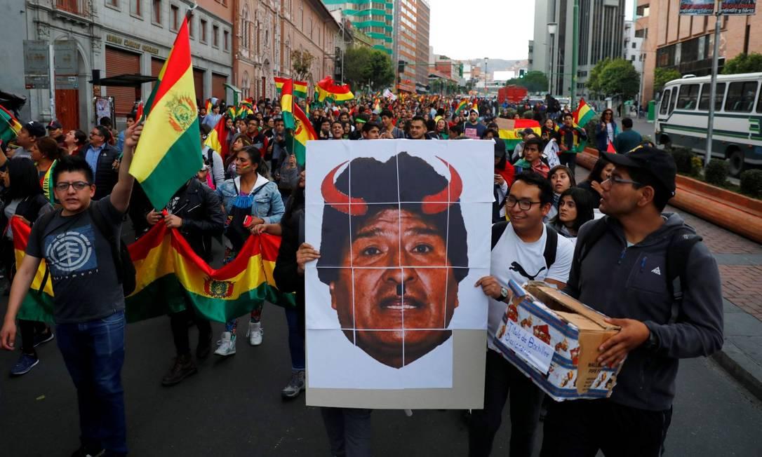 Manifestantes carregam cartaz contra Evo Morales em protesto em La Paz Foto: KAI PFAFFENBACH / REUTERS 26-10-19