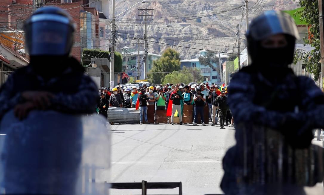 Forças de segurança em frente a uma rua bloqueada por manifestantes contra o governo em La Paz Foto: KAI PFAFFENBACH / REUTERS