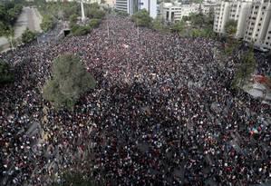 Dezenas de milhares de pessoas, a maioria de estudantes, se reuniram para protestar na Praça Itália nesta segunda-feira Foto: IVAN ALVARADO / REUTERS