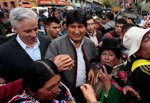 Morales e seu vice, Alvaro García Linera, saúdam apoiadores em La Paz em meio à tensão pós-eleitoral Foto: MANUEL CLAURE / REUTERS/5-11-2019