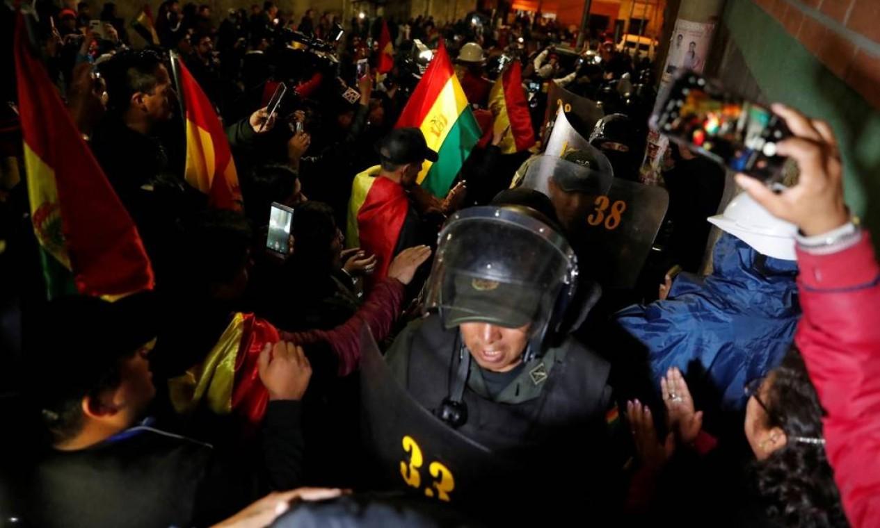População saúda policiais ao chegarem a quartel de polícia em La Paz Foto: CARLOS GARCIA RAWLINS / REUTERS