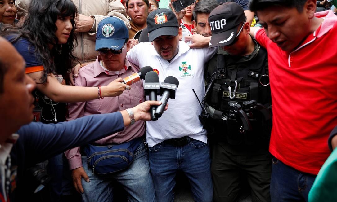 Luis Fernando Camacho, líder da oposição radical, reza com apoiadores em La Paz; ele entrou no palácio presidencial Foto: CARLOS GARCIA RAWLINS / REUTERS