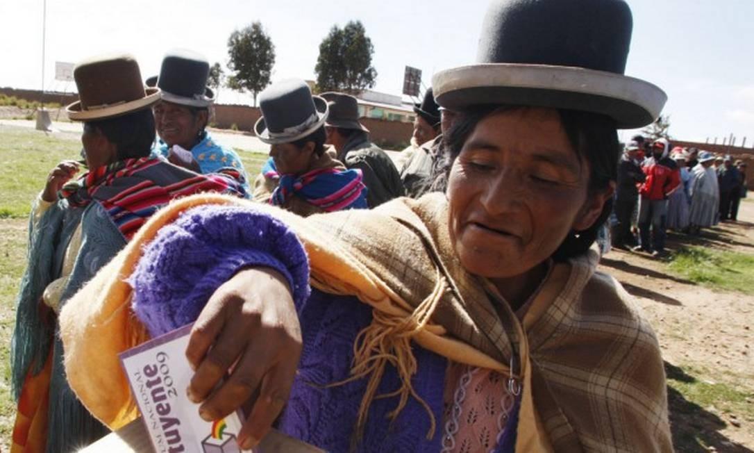 Uma índia aimará vota em El Alto, na periferia de La Paz Foto: ENRIQUE CASTRO-MENDIVIL / Reuters 25-1-09