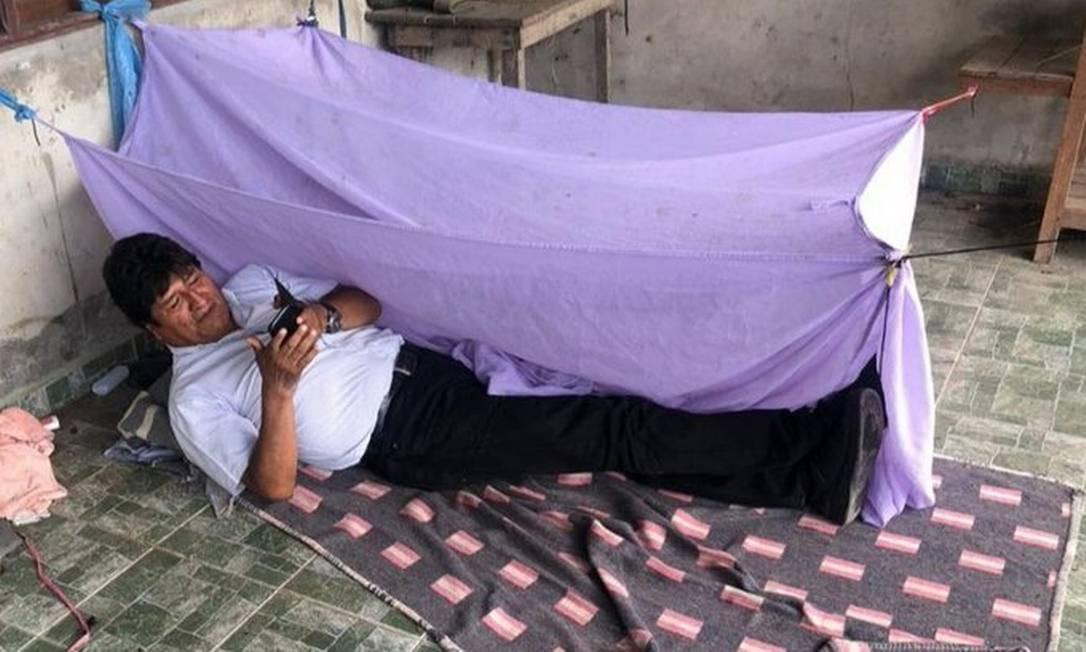 O ex-presidente da Bolívia, Evo Morales, em sua cama improvisada no chão, em sua primeira noite depois de deixar a Presidência Foto: Reprodução