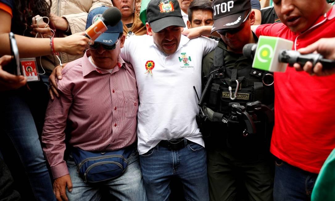Luis Fernando Camacho (de camisa branca), líder radical da oposição, reza durante protesto contra o presidente da Bolívia Evo Morales em La Paz Foto: CARLOS GARCIA RAWLINS / REUTERS