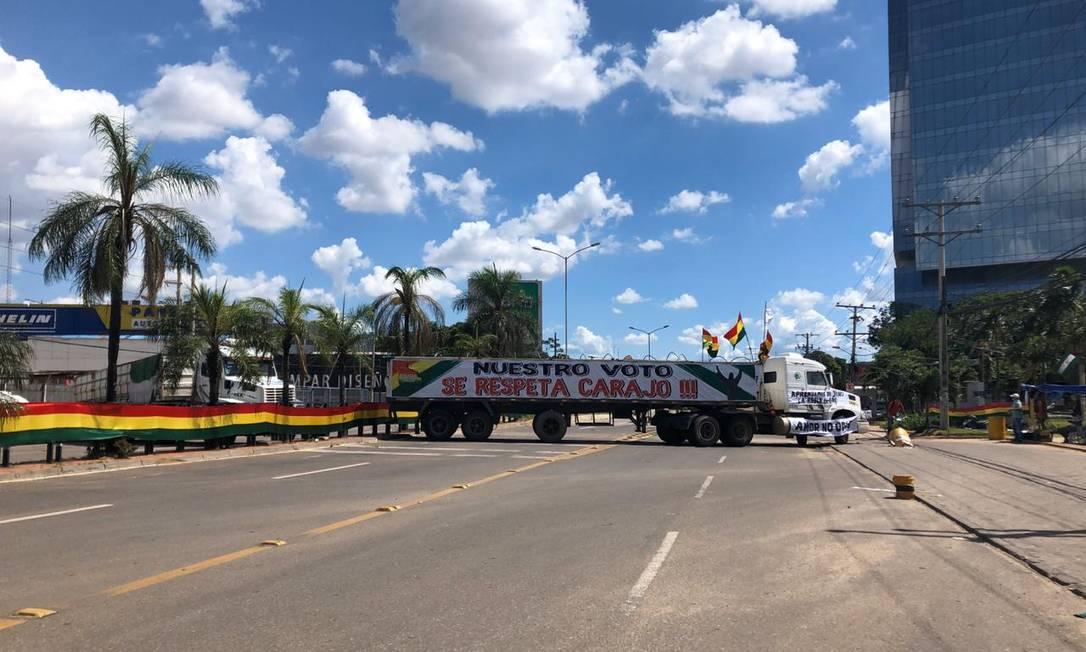 Caminhão do Comitê Cívico impõe barreira nas ruas de Santa Cruz Foto: Janaína Figueiredo