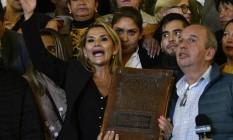 Jeanine Áñez, com uma Bíblia na mão, fala no palácio presidencial em La Paz Foto: AIZAR RALDES / AFP
