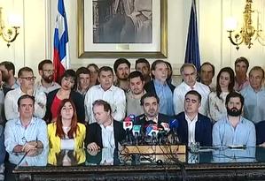 Membros de todos os partidos políticos chilenos exceto o PC participam do anúncio do acordo que abre caminho para uma nova Constituição no Chile Foto: Reprodução
