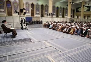 O líder supremo do Irã, o aiatolá Ali Khamenei, fala durante encontro com cléricos islâmicos em teerã on November 17 Foto: - / Reprodução / AFP/ Khamenei IR