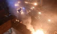 Manifestantes contra o govenro começaram grande incêndio na principal entrada da Universidade Politécnica em Hong Kong, após campus ser cercado pela polícia Foto: YE AUNG THU / AFP