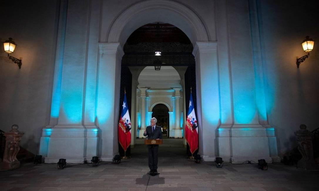 O presidente do Chile, Sebastián Piñera, em pronunciamento à nação na noite deste domingo Foto: CLAUDIO REYES / AFP