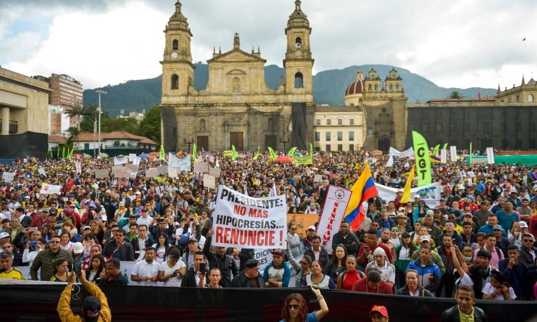 Colombianos se manifestam na Praça Bolívar, em Bogotá Foto: RAUL ARBOLEDA / AFP