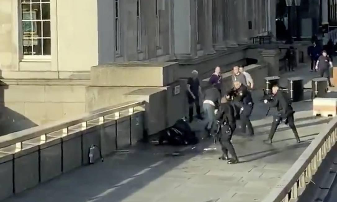 Policiais apontam armas para homem autor do ataque a faca na Ponte de Londres após ele ter sido dominado por civis Foto: HAND LUGGAGE ONLY / HAND LUGGAGE ONLY via REUTERS