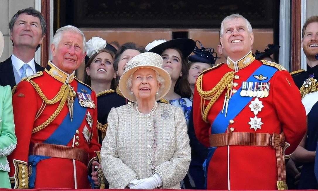 Príncipe Charles (à esq.) ao lado da rainha Elizabeth II e do príncipe Andrew (à dir.) durante evento da Família Real na varanda do Palácio de Buckingham, em 8 de junho de 2019 Foto: DANIEL LEAL-OLIVAS / AFP
