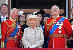 O príncipe Charles ao lado da rainha Elizabeth II e do príncipe Andrew durante evento da Família Real na varanda do Palácio de Buckingham, em 8 de junho de 2019 Foto: DANIEL LEAL-OLIVAS / AFP