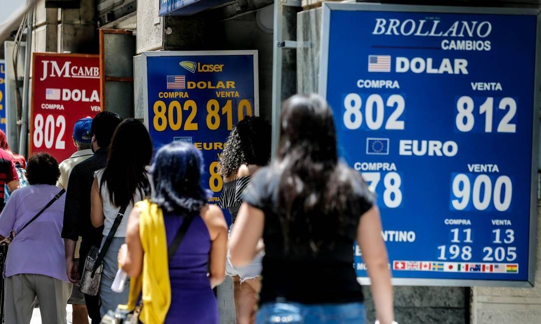 Casa de câmbio em Santiago: peso chileno atingiu sua baixa histórica Foto: JAVIER TORRES / AFP