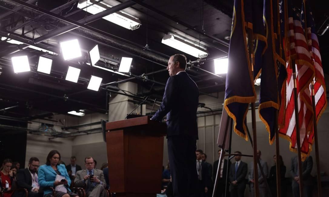 O presidente da Comissão de Inteligência da Câmara, o deputado democrata Adam Schiff, durante entrevista coletiva sobre o processo que pode levar ao processo de Donald Trump Foto: ALEX WONG / AFP