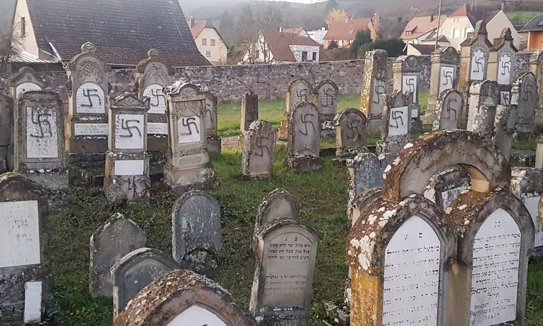 Ao menos cem túmulos apareceram pichados com cruzes suásticas nesta terça-feira no cemitério judeu de Westhoffen Foto: Prefecture du Bas-Rhin / AFP