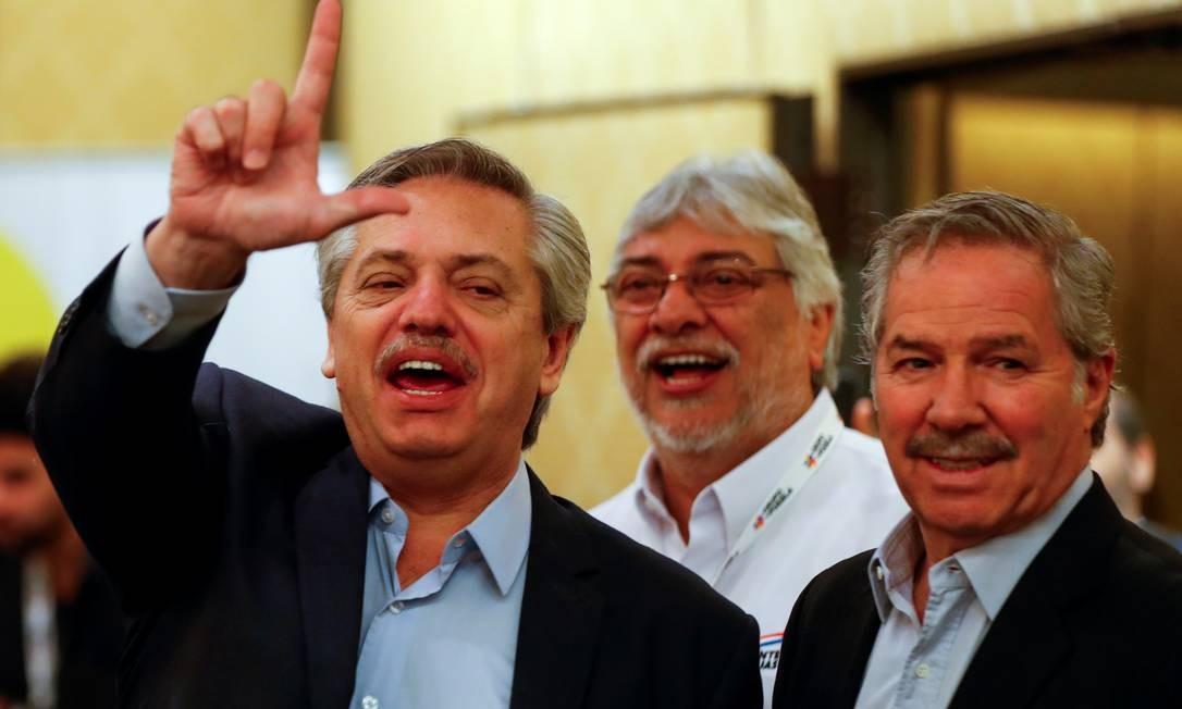 Fernández (E) com Felipe Solá, que assumiu a Chancelaria. Ao fundo o ex-presidente paraguaio Fernando Lugo Foto: AGUSTIN MARCARIAN / REUTERS/9-11-2019