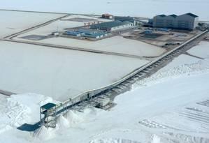 Vista aérea de um complexo de extração de lítio, de propriedade do Estado, no Salar de Uyuni, na Bolívia Foto: PABLO COZZAGLIO / AFP 10-7-19