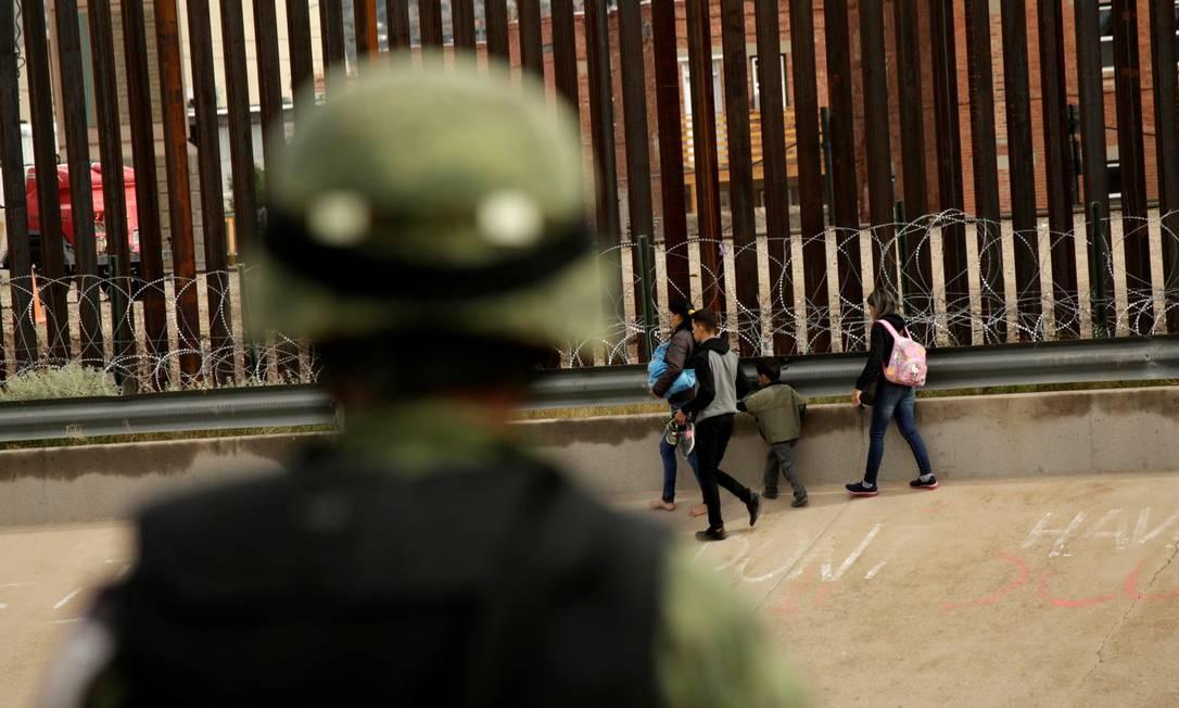 Soldado da Guarda Nacional americana observa migrantes em El Paso, Texas Foto: JOSE LUIS GONZALEZ / Reuters 15-9-19