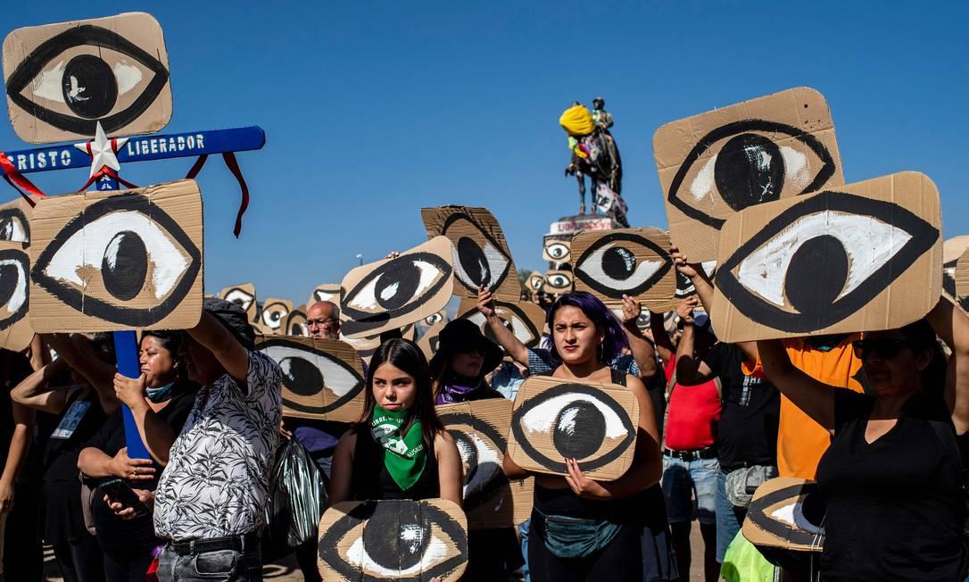 Protesto lembra os mais de 300 casos em que manifestantes foram feridos nos olhos por balas de borracha; embaixador disse que casos devem ser investigados e punidos Foto: MARTIN BERNETTI / AFP/10-12-2019