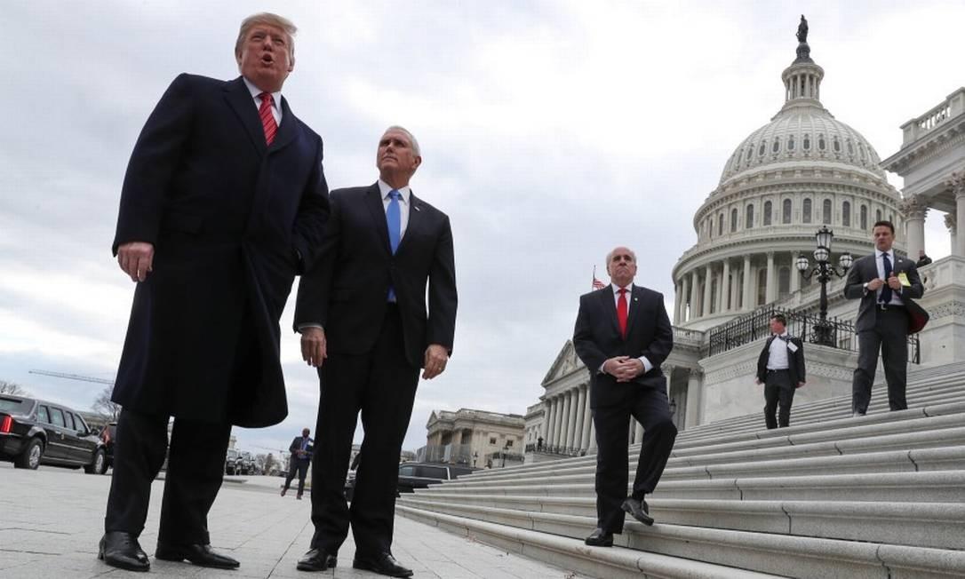 O presidente dos EUA, Donald Trump, ao lado de seu vice, Mike Pence, com o Senado americano ao fundo Foto: JONATHAN ERNST / Reuters 9-1-19