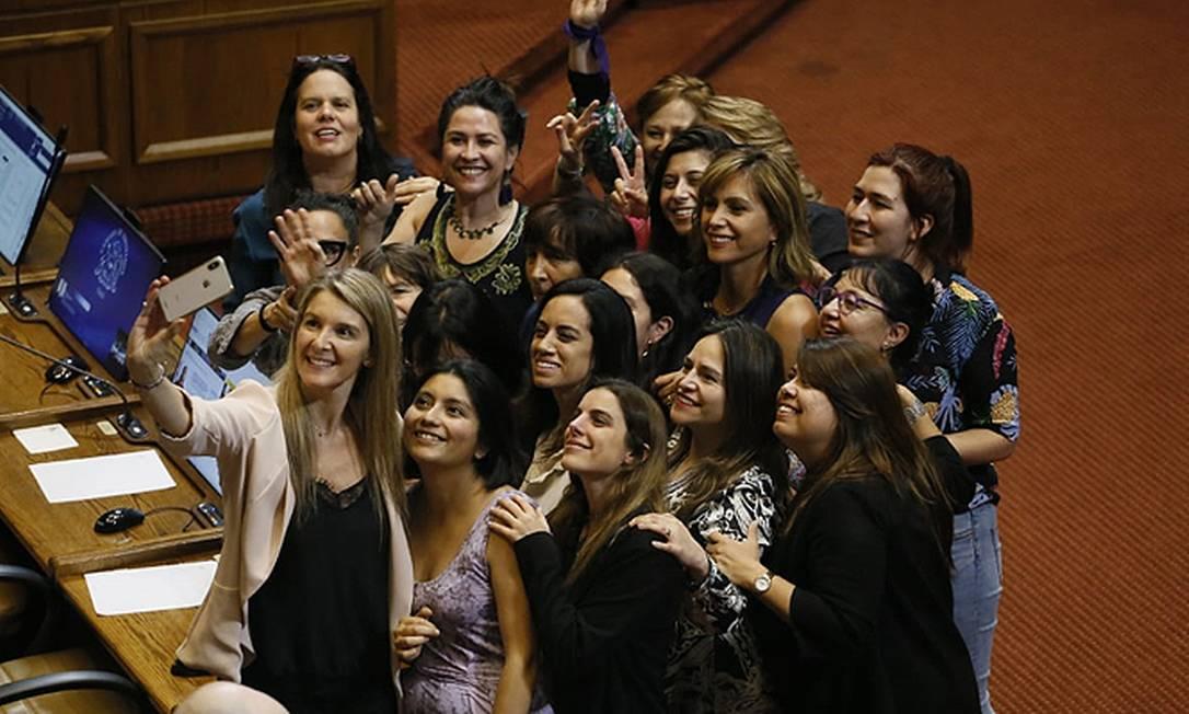 Deputadas de partidos de direita e de esquerda tiram selfie após aprovarem paridade de gênero e cotas para índios Foto: Reprodução