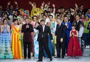 O presidente Xi Jinping acena durante os festejos dos 20 anos da devolução da antiga colônia portuguesa à China Foto: ANTHONY WALLACE / AFP