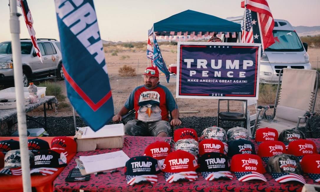 Eddie Rohwer, um vendedor de bonés de Trump em Golden Valley, no Arizona Foto: BETHANY MOLLENKOF / NYT