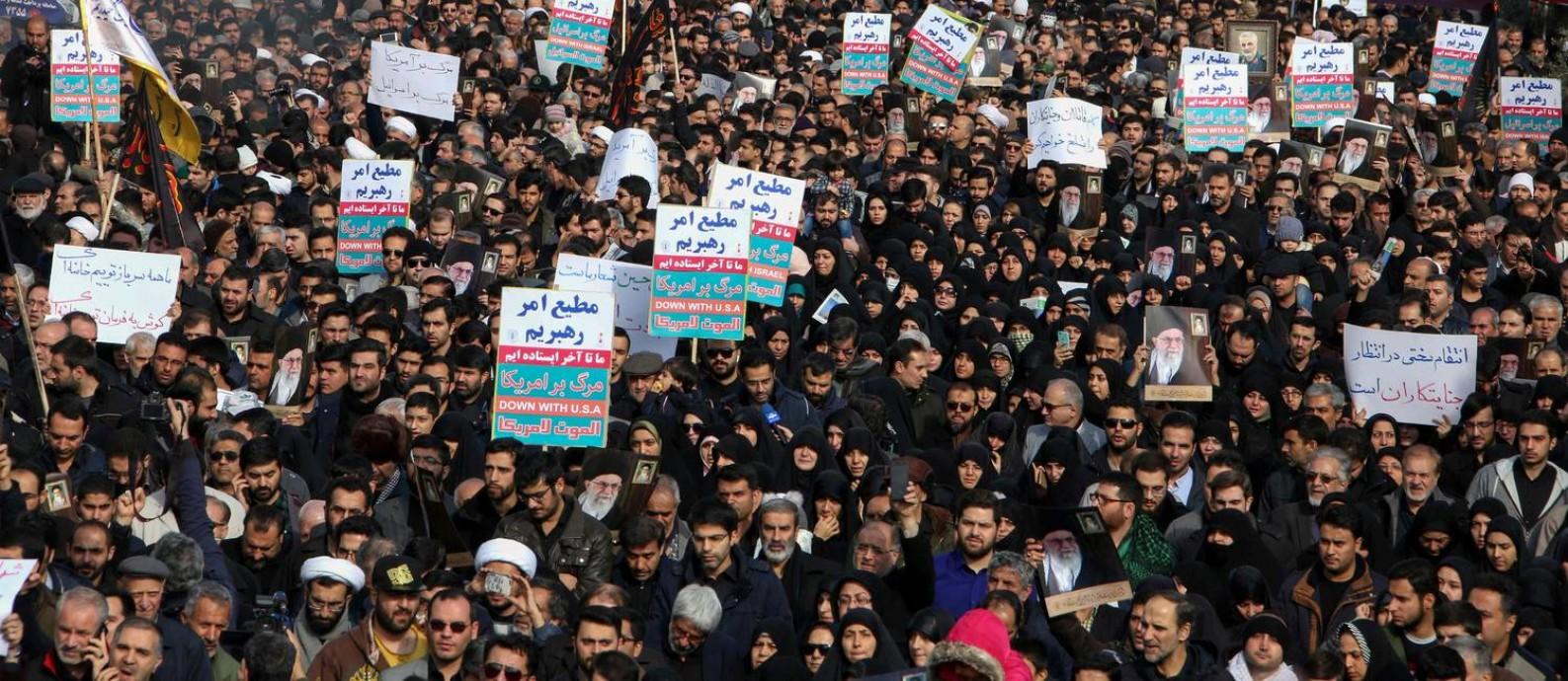 Iranianos lotaram as ruas de Teerã em protesto contra os Estados Unidos depois do assassinato do general Soleimani, que era considerado um herói nacional Foto: ATTA KENARE / AFP