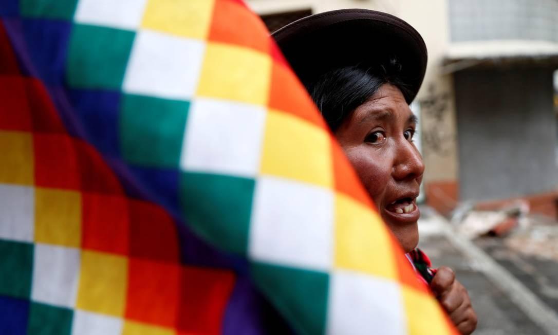 Uma apoiadora do ex-presidente da Bolívia Evo Morales participa de um protesto em La Paz Foto: Carlos Garcia Rawlins / Reuters