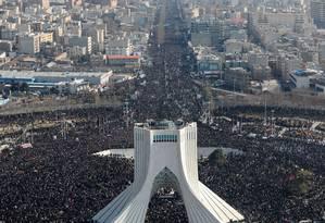 A multidão cerca a torre Azadi (liberdade), erguida nos anos 1970 para celebrar os 2.500 anos do império persa Foto: Escritório do líder supremo / AFP