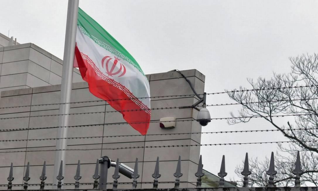 Bandeira do Irã a meio mastro na embaixada do país em Berlim Foto: PAUL ZINKEN / AFP
